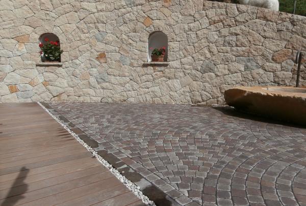 Kombination Betonpflastersteine und Naturstein