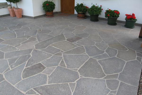 Natursteinmauer kombiniert mit Betonplatten